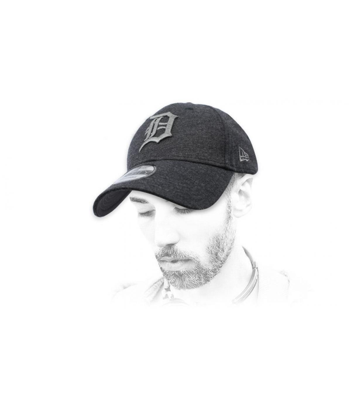 casquette D gris foncé