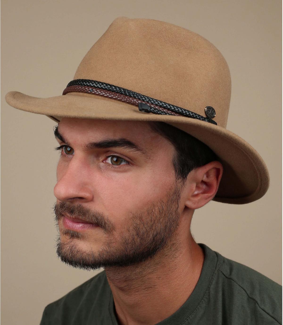 chapeau beige feutre