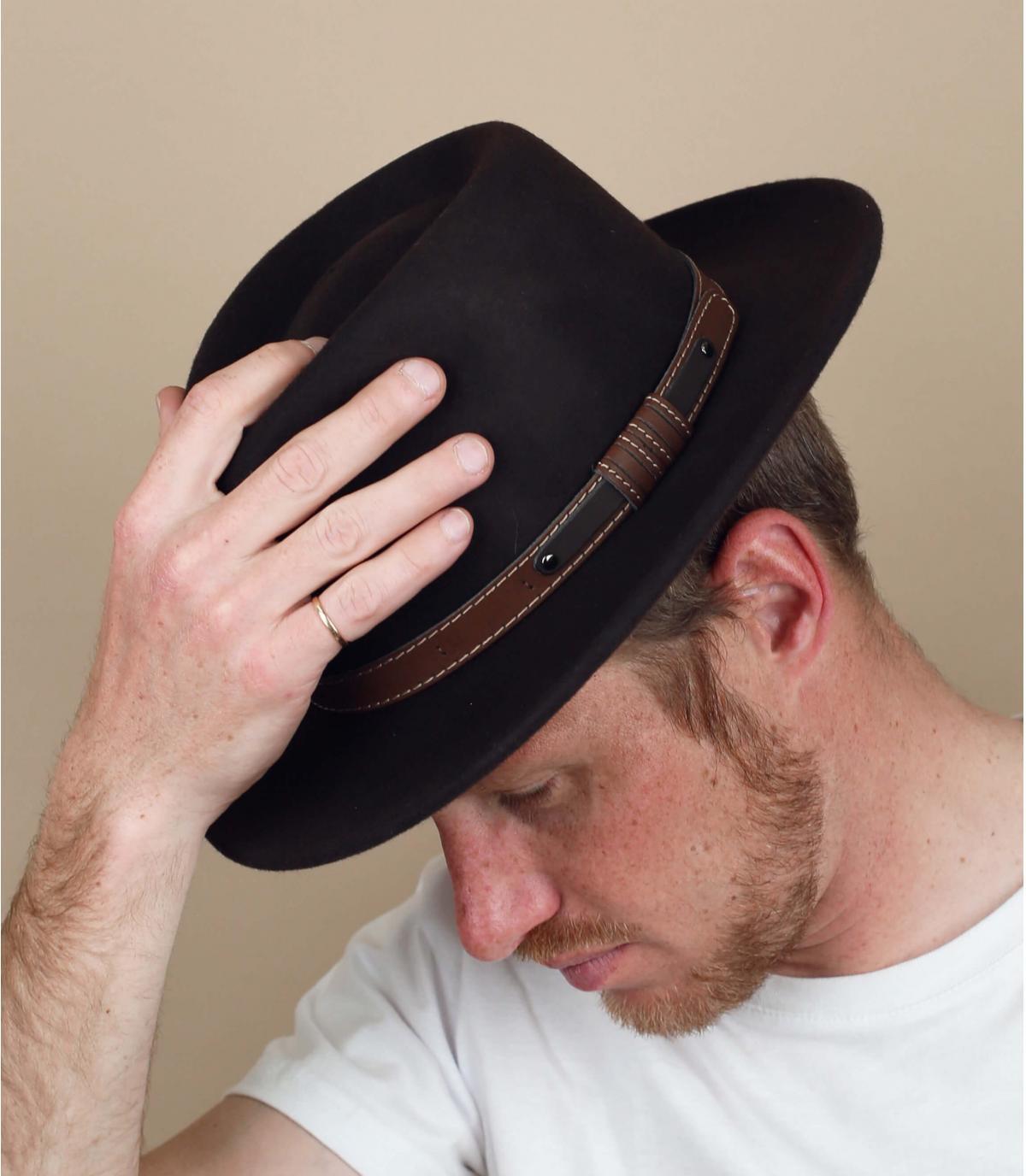 chapeau marron feutre