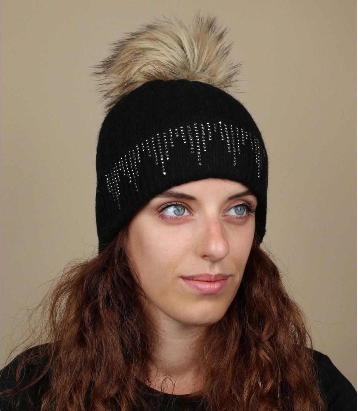 Bonnet noir gros pompon fourrure