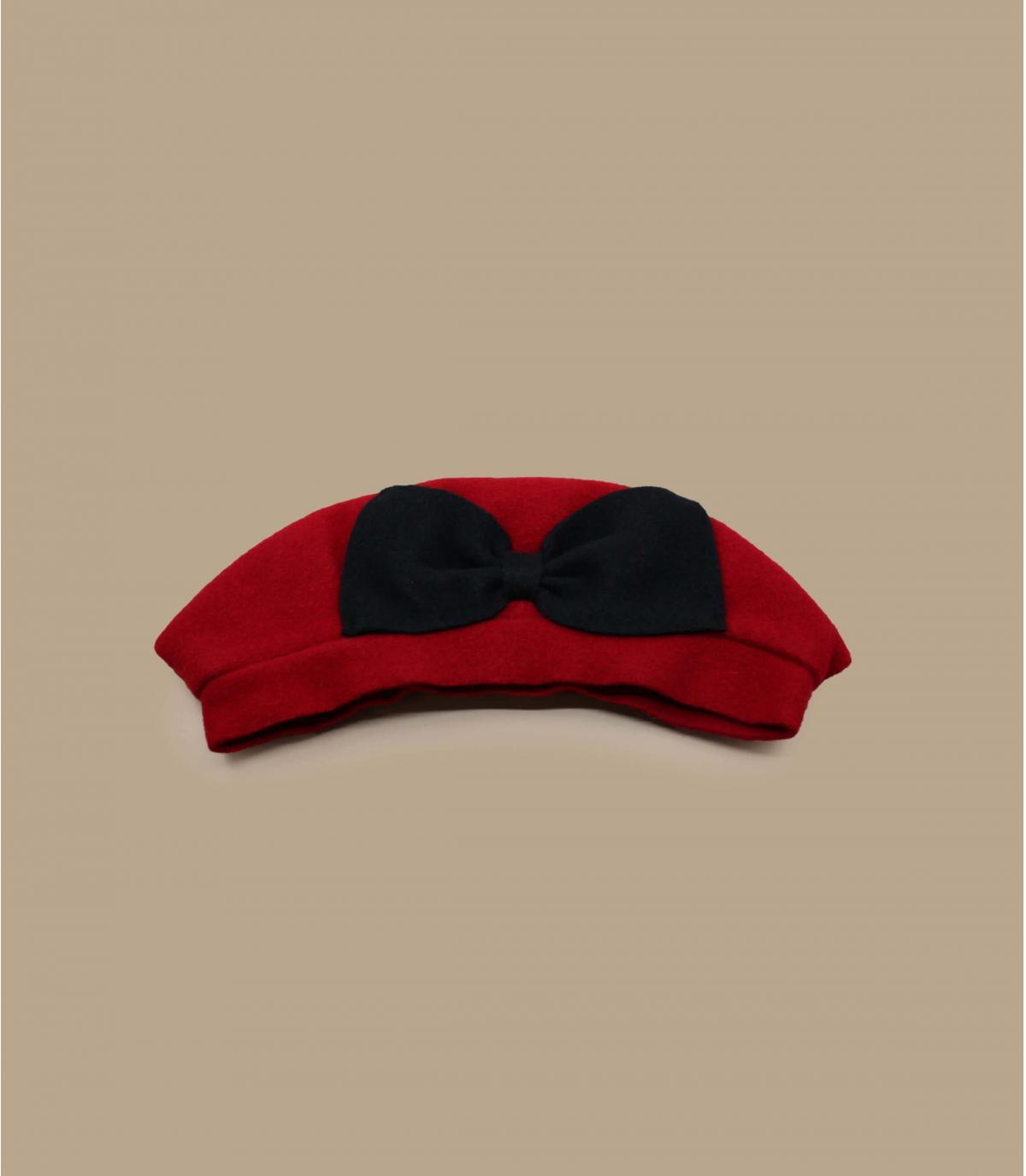 béret rouge nœud noir