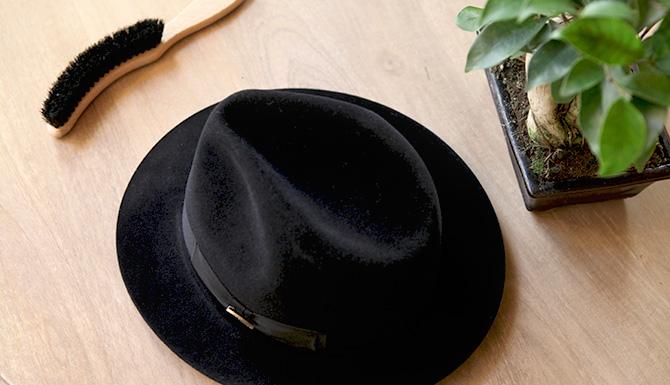 Comment entretenir votre chapeau en feutre - Comment enlever une tache de feutre ...